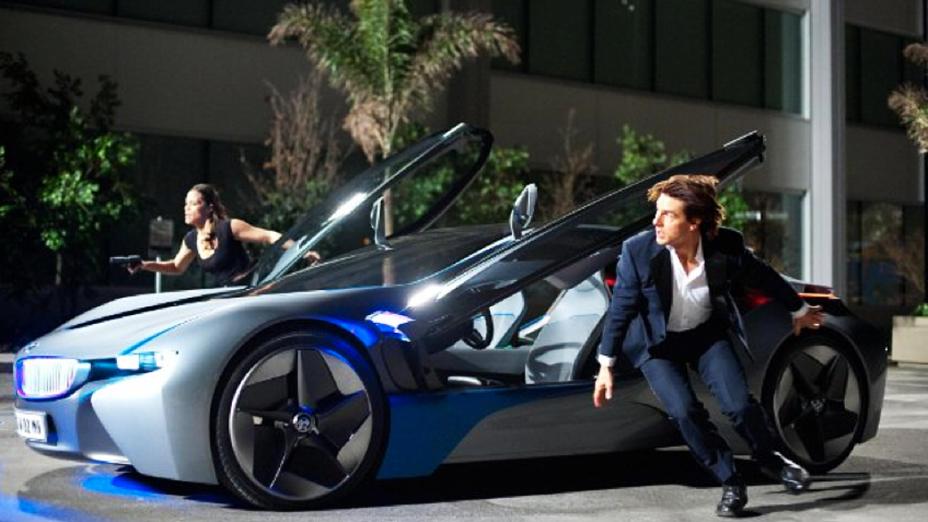 """Cena do filme """"Missão Impossível 4"""", com Tom Cruise  ao lado de um BMW i8"""