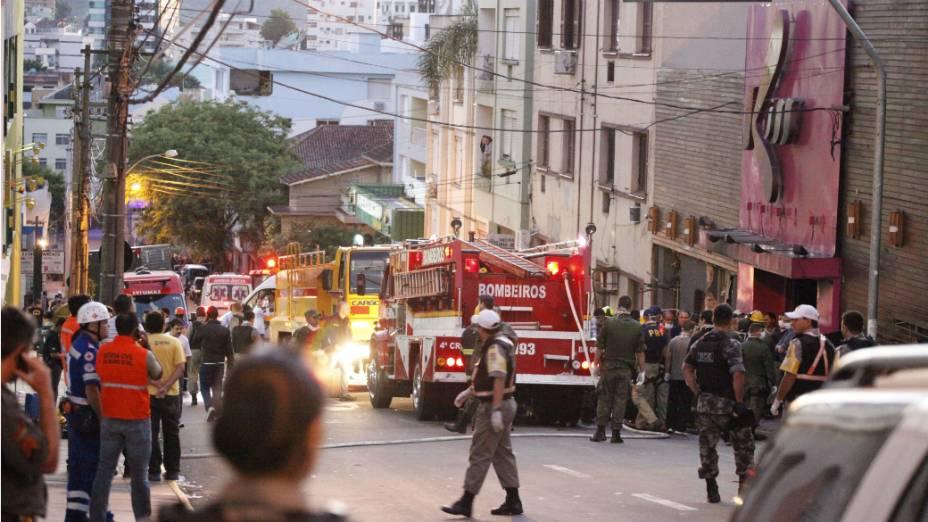 Militares  dos bombeiros, da polícia e do Exército estão mobilizados na tragédia que deixou centenas de mortos em Santa Maria