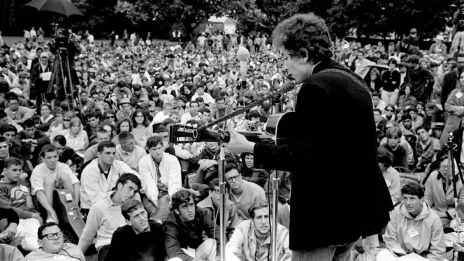 Bob Dylan se apresenta em Rhode Island, Estados Unidos, 1964