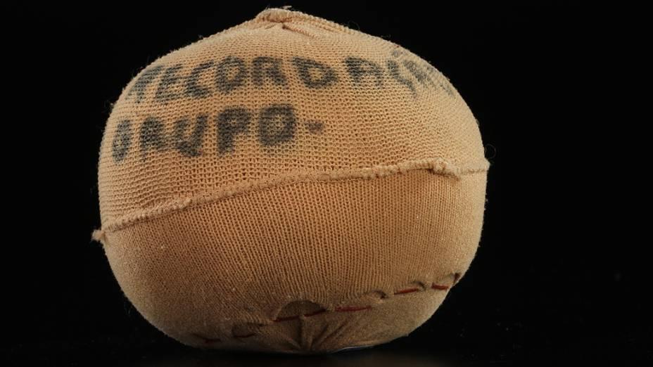 Objetos do acervo pessoal de Pelé no livro As joias do rei, de Celso de Campos Jr. Na imagem, bola de meia utilizada por Pelé