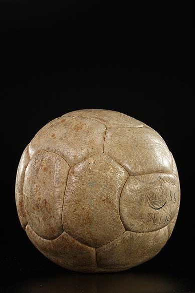 Objetos do acervo pessoal de Pelé no livro As joias do rei, de Celso de Campos Jr. Na imagem, bola utilizada no milésimo gol de Pelé