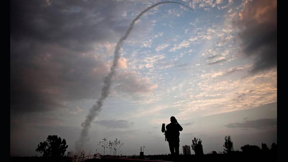 Míssil israelense lançado pelo sistema de mísseis de defesa Iron Dome para interceptar e destruir foguetes vindos da Faixa de Gaza