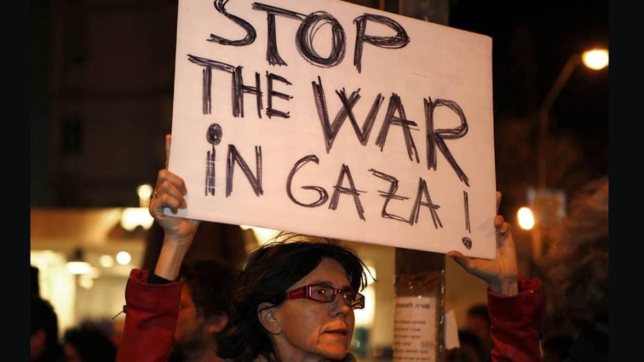 Mulher israelense protestando contra os ataques da Faixa de Gaza, em Jerusalém