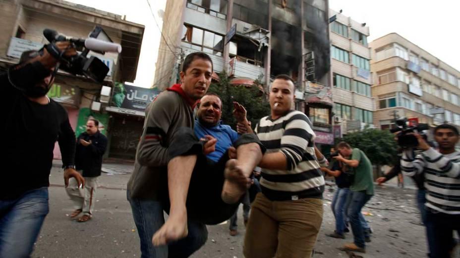 Palestino ferido após ataque aéreo israelense, em um edifício que também abriga escritórios de imprensa internacional, na Cidade de Gaza