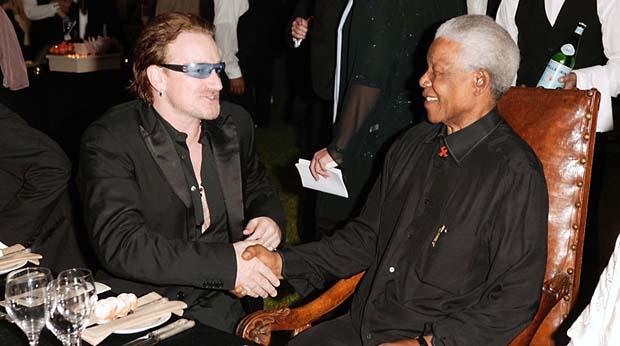 2003 - Bono Vox e Nelson Mandela em jantar beneficiente na África do Sul