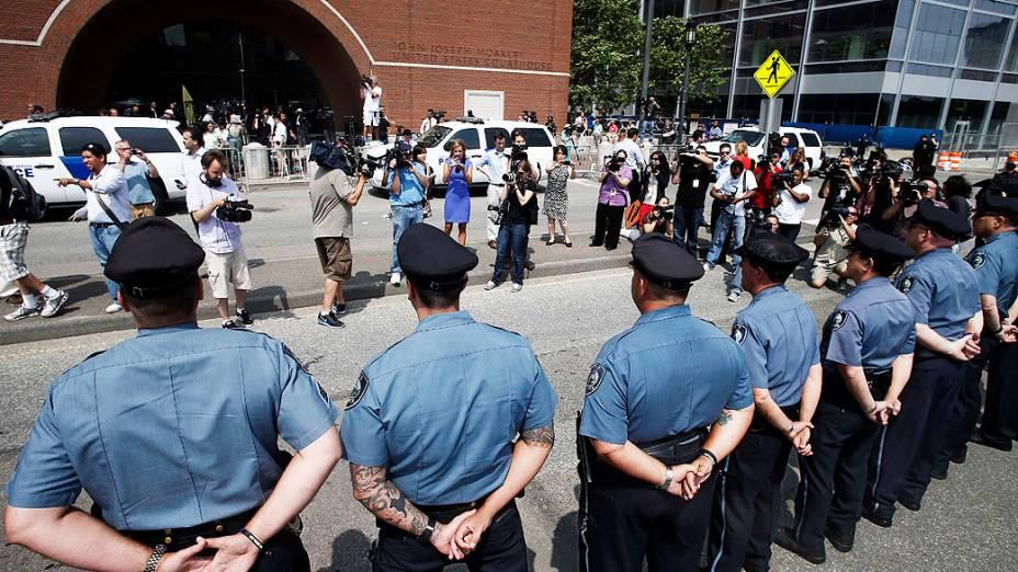 Policiais em posição de sentido fora do tribunal federal antes de acusação em Boston do suspeito Dzhokhar Tsarnaev