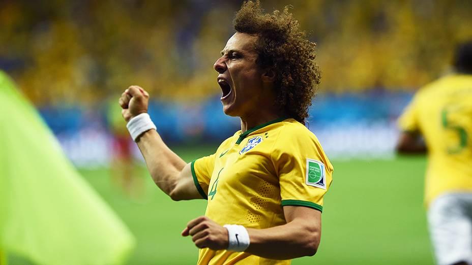 David Luiz comemora gol do Brasil contra Camarões no Mané Garrincha, em Brasília