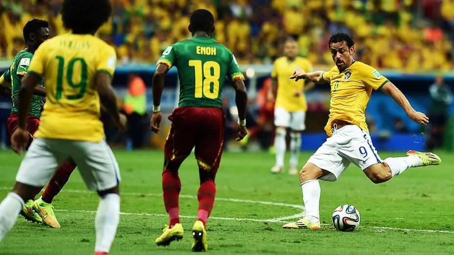 Fred chuta a bola no jogo contra Camarões