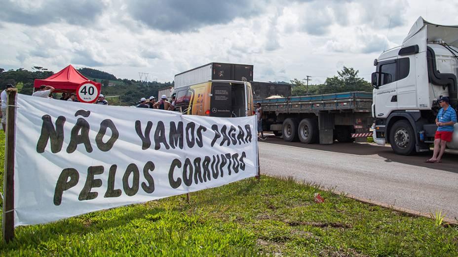 Protestos bloqueiam trânsito para caminhões em rodovias do oeste catarinense
