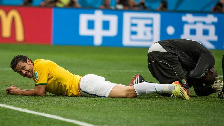 Fred fica caído após lance no jogo contra Camarões no Mané Garrincha, em Brasília