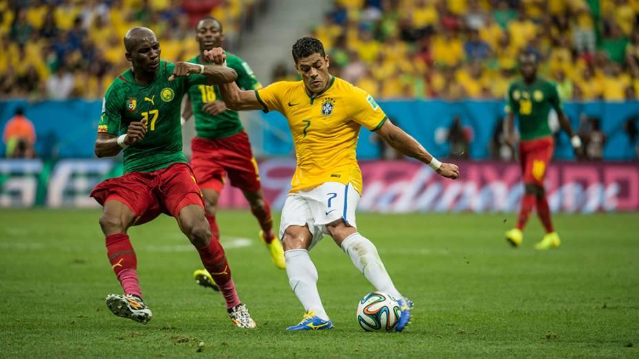 Hulk chuta a bola no jogo contra Camarões