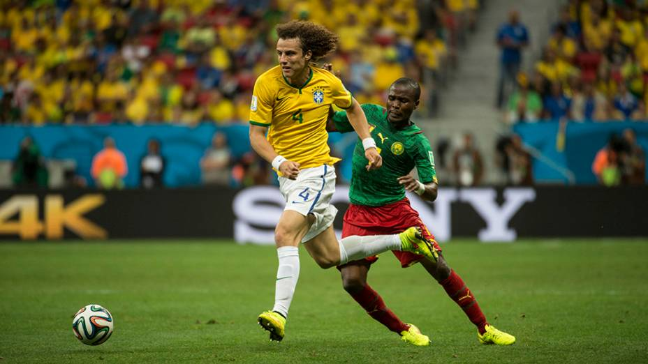 David Luiz escapa de marcação do jogador de Camarões