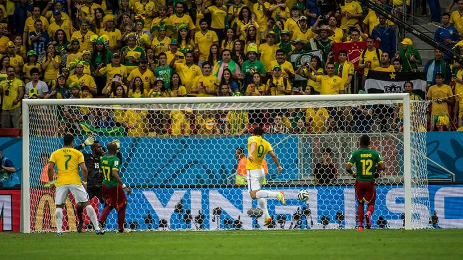 Fred marca de cabeça o terceiro gol do Brasil contra Camarões