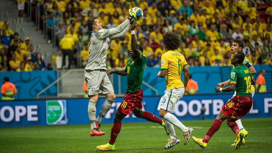O goleiro Julio César defende a bola no jogo contra Camarões