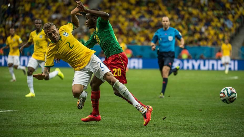 Daniel Alves sofre falta no jogo contra Camrões