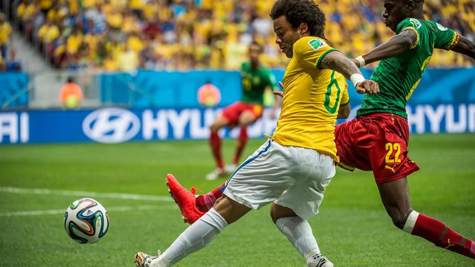 Marcelo cruza a bola no jogo contra Camarões