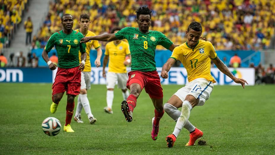 Luiz Gustavo toca a bola no jogo contra Camarões