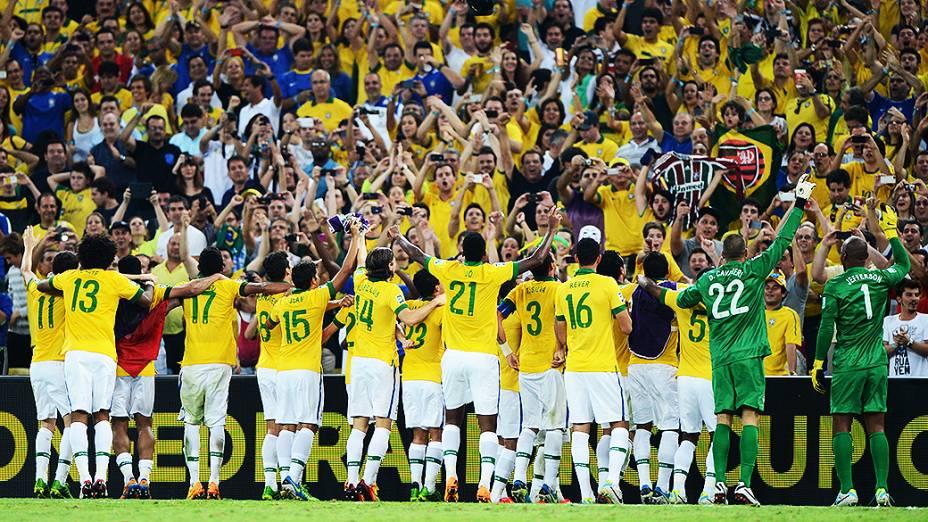 A seleção comemora com o público no Maracanã depois da final da Copa das Confederações, entre Brasil e Espanha, no Rio de Janeiro