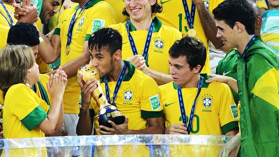 Neymar beija a taça no estádio Maracanã durante final da Copa das Confederações entre Brasil e Espanha, no Rio de Janeiro