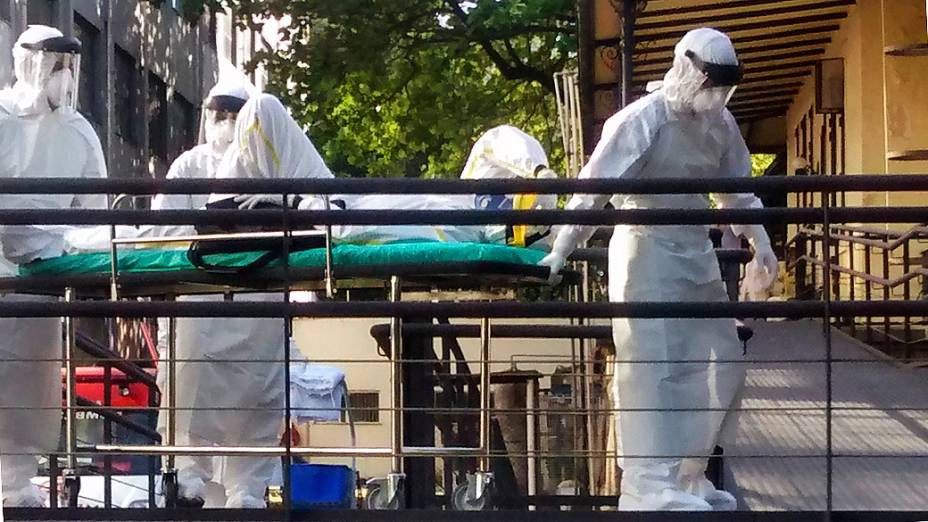 Suspeito de ebola,Souleymane Bah, 47, chega ao Instituto Nacional de Infectologia Evandro Chagas, onde ficará internado no Rio