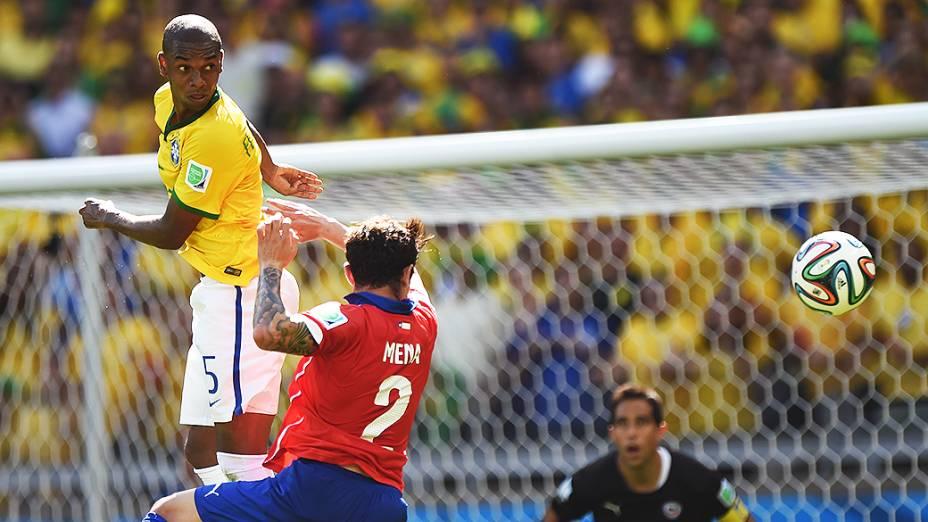 Fernandinho durante partida contra o Chile