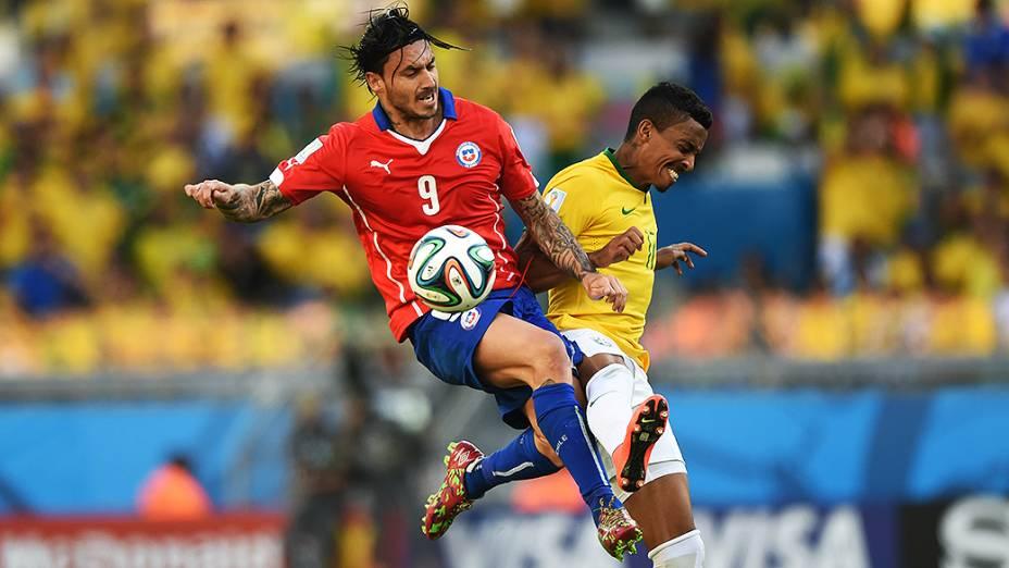 Luiz Gustavo disputa a bola com o chileno Pinilla