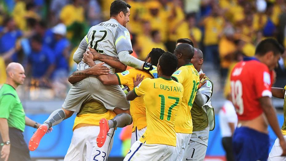 Jogadores do Brasil comemoram com Júlio César após o goleiro defender dois pênaltis contra o Chile