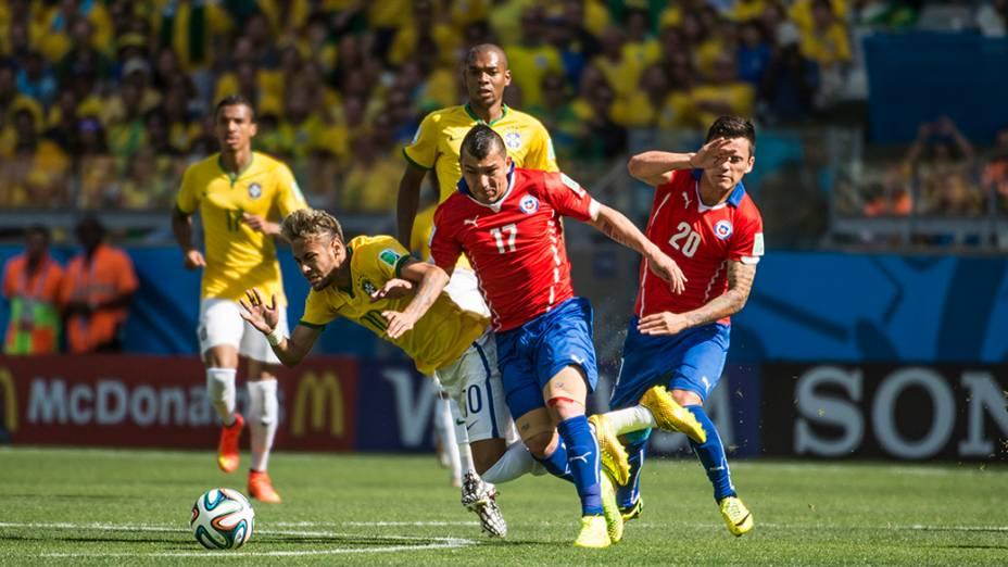 Neymar é marcado pelo jogador do Chile