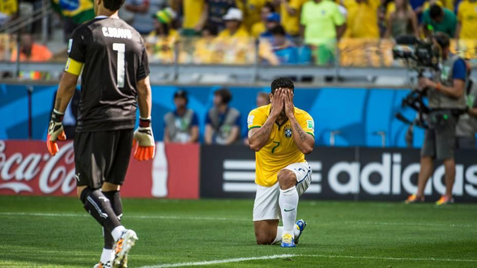 Hulk lamenta gol perdido no jogo contra o Chile
