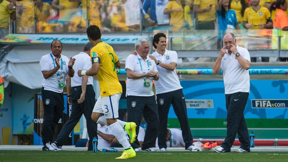 Luiz Felipe Scolari gesticula para Thiago Silva no jogo contra o Chile no Mineirão, em Belo Horizonte