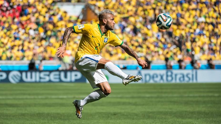Daniel Alves durante o jogo contra o Chile no Mineirão, em Belo Horizonte
