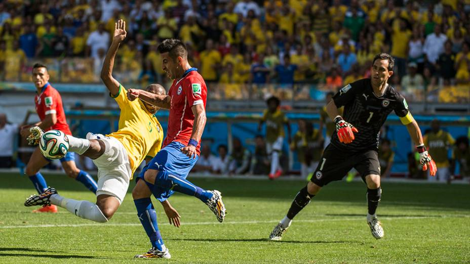 Fernandinho se estica para alcançar a bola no jogo contra o Chile no Mineirão, em Belo Horizonte