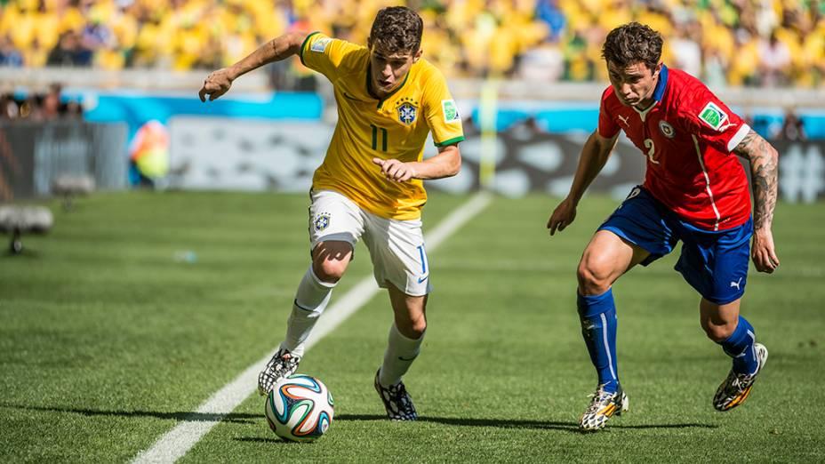 Oscar conduz a bola no jogo contra o Chile no Mineirão, em Belo Horizonte