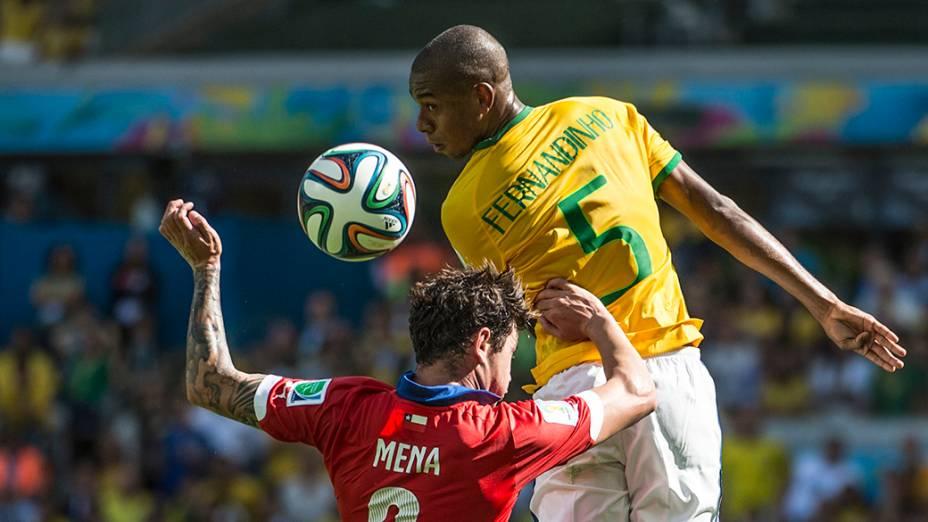Fernandinho cabeceia a bola no jogo contra o Chile