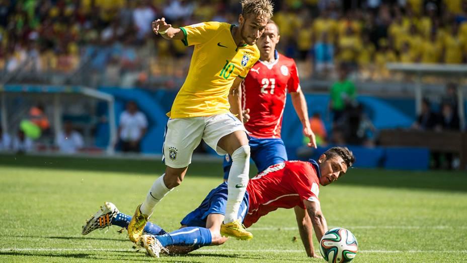 Neymar disputa a bola no jogo contra o Chile no Mineirão, em Belo Horizonte