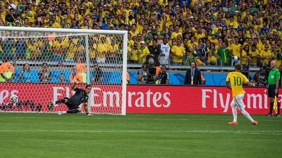 Neymar marca gol de pênalti contra o Chile
