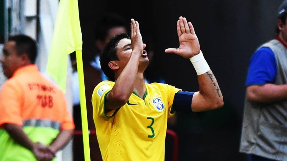 Thiago Silva comemora gol do Brasil contra a Colômbia no Castelão, em Fortaleza