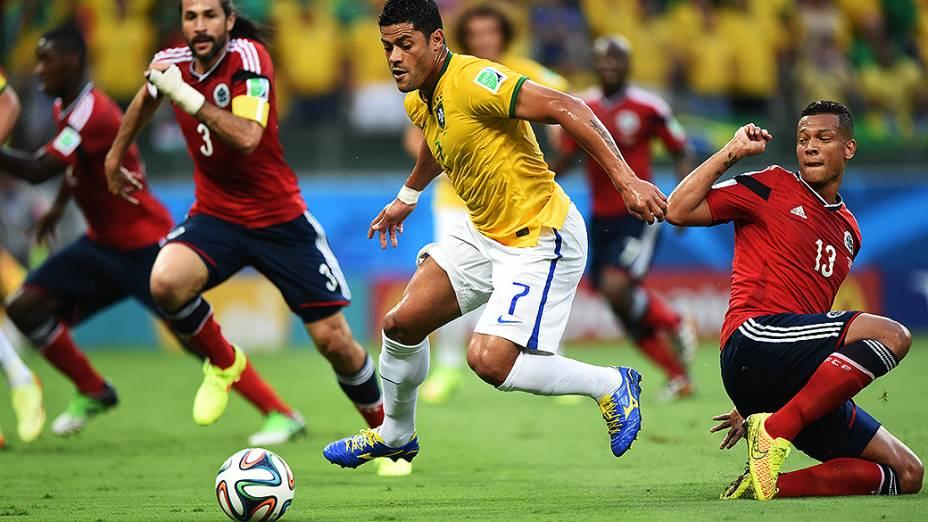 hulk conduz a bola no jogo contra a Colômbia no Castelão, em Fortaleza