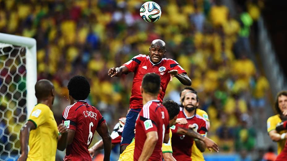Lance de escanteio no jogo entre Brasil e Colômbia no Castelão, em Fortaleza