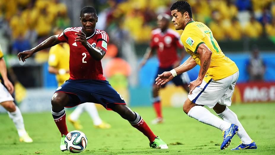 Hulk disputa a bola com o jogador da Colômbia no Castelão, em Fortaleza