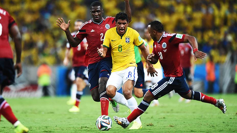 Paulinho disputa a bola com jogador da Colômbia no Castelão, em Fortaleza