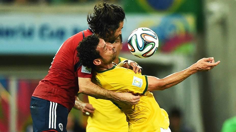 Fred é marcado pelo jogador da Colômbia no Castelão, em Fortaleza