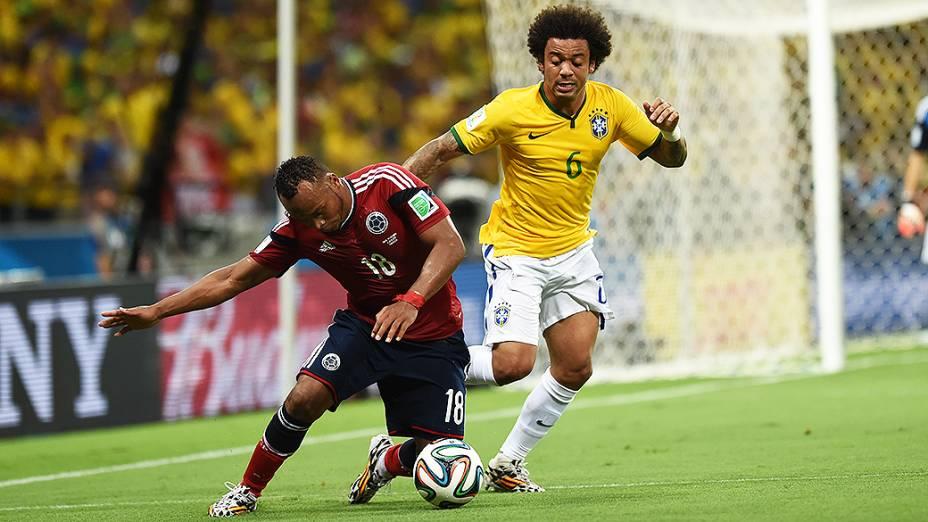 Marcelo disputa a bola com jogador colombiano no Castelão, em Fortaleza