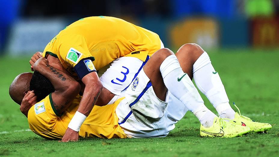 Thiago Silva comemora com Maicon a vitória do Brasil sobre a Colômbia no Castelão, em Fortaleza