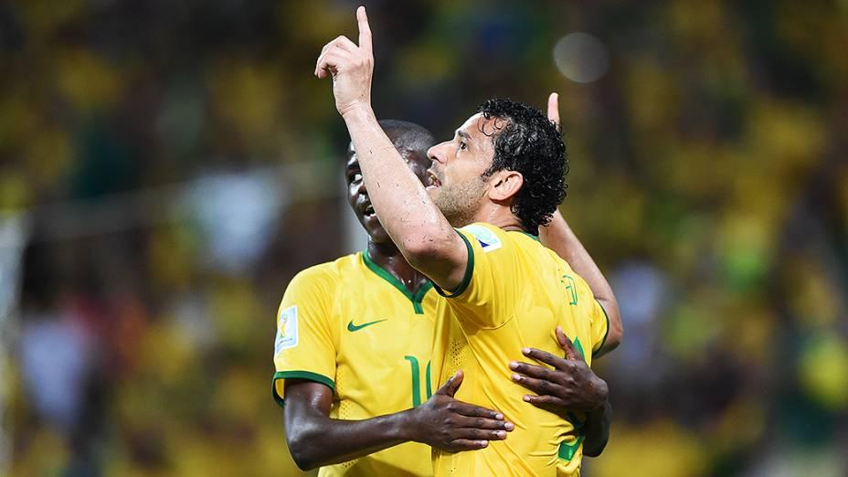Ramires e Fred comemoram vitória do Brasil sobre a Colômbia no Castelão, em Fortaleza