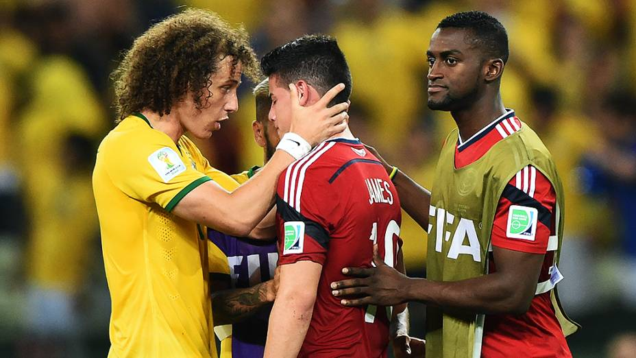 David Luiz consola o colombiano James Rodríguez