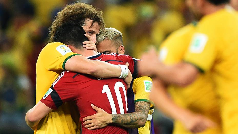 David Luiz e Daniel Alves consolam o colombiano James Rodríguez