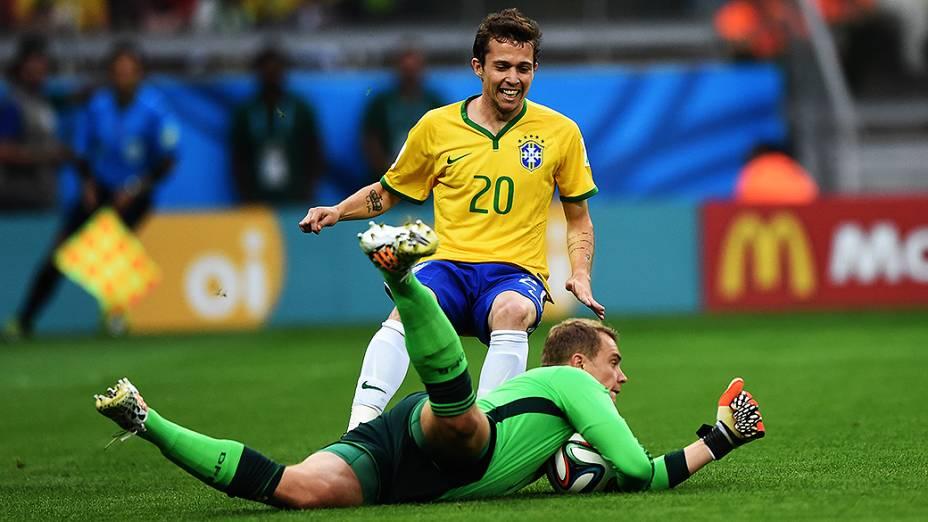 Bernard em lance no jogo contra a Alemanha no Mineirão, em Belo Horizonte