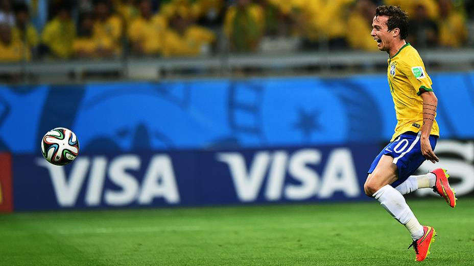 Bernard durante o jogo contra a Alemanha