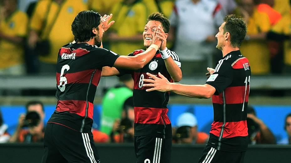 Jogadores da Alemanha comemoram o quinto gol contra o Brasil